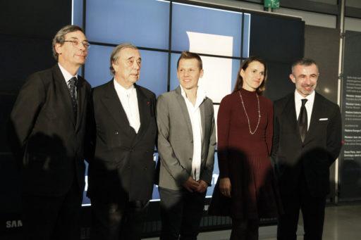 De gauche à droite : Alfred Pacquement, Directeur du Musée national d'art moderne - Gilles Fuchs, Président de l'ADIAF - Mircea Cantor, lauréat 2012 - Aurélie Filipetti, Ministre de la Culture - Alain Seban, président du Centre Pompidou