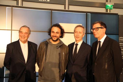 De gauche à droite : Gilles Fuchs, Président Adiaf - Kader Attia, lauréat 2016 – Bernard Blistène, Directeur du Musée national d'art moderne – Serge Lasvignes, Président Centre Pompidou